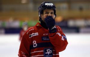 Hasse Andersson drog som vanligt ett stort lass i Edsbyn, men kunde även kosta på sig en flirt med kameran.