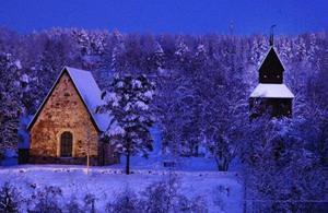 Ragunda gamla kyrka i juleljus. Foto: Ingvar Ericsson