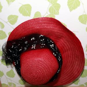 Utställningens hattar har stor variation. Här finns allt från mörka huvudbonader till färgstarka, somriga modeller.