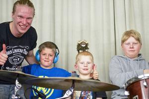 Efter konserten passade bröderna Elias, Samuel och Mattias Söderlund från Långå på att få en lektion i trumspelande av sin kusin Olle Tjern, trummis i JLT och trumlärare i Ockelbo.