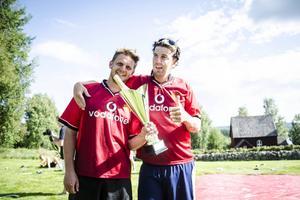 Joel Dahlqvist och Donny Ahlander tog hem vinsten i årets upplaga av den hala bandytävlingen Håsjösåpan.