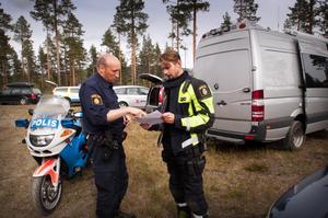 Petter Norlin och Christoffer Hallgren under sökarbetet. Kvinnan hittades under fredagen.