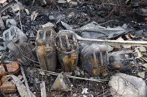 Fem bränsledunkar fanns i en av de eldhärjade byggnaderna.