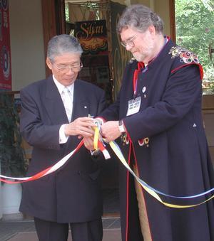 Klippare. Leksands kommunalråd Bo Petersson och hans borgarmästarekollega i Tobetsu har klipptmånga band ochhållitmånga tal under Leksands besök i Japan.