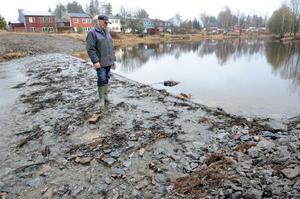 Med nuvarande vattenstånd omöjliggör den nya tröskeldammen i Lilltjäraån fiskevandring, säger Sture Svensson, kassör i Hanebo–Segersta fiskevårdsförening.