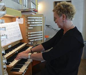 Maria Granlund, kantor i Malungs kyrka, demonstrerar kyrkans orgel.