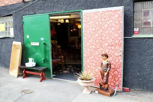 Källarlokalen har gröna dörrar, som är stängda när det är lite kallare ute.