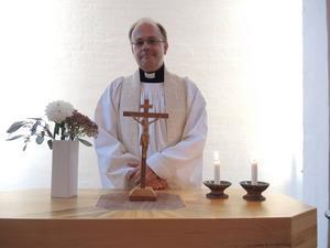 Matts Sandström, den tidigare kyrkoherden, började sin tjänst 2015 och avslutade den i år och blev därmed en i raden av kyrkoherdar som kommit och gått de senaste åren. Nu hoppas Anna Hed att de hittat en mer långvarig lösning i den nya kyrkoherden Anna Björk.