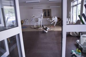 En av Vändplatsens nya lokaler har blivit konstgalleri. Många har tillverkat djurstatyer i papier-maché.   – Det är som en djurpark här inne, säger verksamhetsledare Silja-Satu Kirchgaesser.