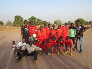 Barnens fotbollslag har fått matchkläder. Pojkarna har fått Moheds SK-kläder.