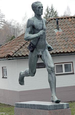 Gunder Hägg är lite mindre naken med sin handväska.