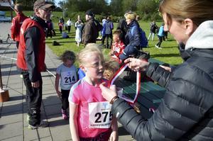 Medalj. Alma Ulldal, 9 år, sprang 1,5 kilometer. Alla som sprang fick medalj.
