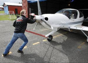 Peter Andersson från Östersunds flygklubb skjuter in det nyaste planet klubben har, en Diamond Star från 2004.Nu är det ute till försäljning.