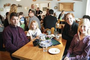 Peter och Annika Englunds döttrar Celine och Eleonore vill spela teater.