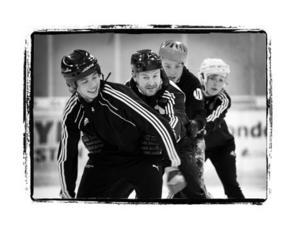 Jerker Svensson i närkamp med eleverna på John Bauers ishockeygymnasium i Östersund. I tio år har skolorna varit rena vinstmaskinen för ägarna. Nu ägs de av ett danskt investmentbolag.