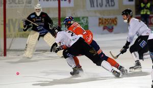 Per Hellmyrs försöker bryta igenom Gripens igelkottsförsvar – men fastnar på Mattias Jansson.