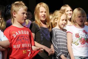 Barnen från Lillboskolans fritidshem bjöd på en rolig sång om att göra precis tvärtom, som att sitta på älgen och skjuta på passet under älgjakten.
