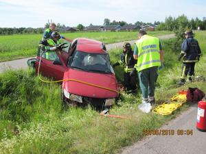 Personbilen flög många meter innan den hamnade i diket. Föraren, en äldre kvinna, klämdes fast i bilvraket.Räddningstjänsten