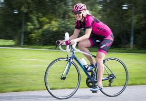 Cilla Eriksson från Lugnetkyrkan på väg mot sin 350-mila cykelmission i Kalifornien under två månader i höst. Gud och Hattifnatt finns också med under namnet Ride of Faith, Hope & Love.