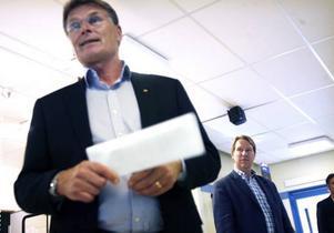 Gavlegårdarnas vd Jan Hugg lämnar över ansvaret för de 239 lägenheterna till Joakim Svedinger, vd för Svedinger Fastigheter AB.Prislappen blev 81,5 miljoner kronor.