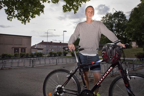 På väg att läka. Han kan fotograferas vid cykeln, men än vill han inte sitta upp på den. Peter Uksila ska vila ut från sina skador. Han använde inte hjälm och det räckte med en liten vurpa för att nära nog knäcka hans huvud.