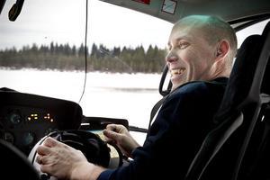 Piloten Kalle Engman från Airlift i Hudiksvall flög personalen från Sveaskog under deras inventering i onsdags.