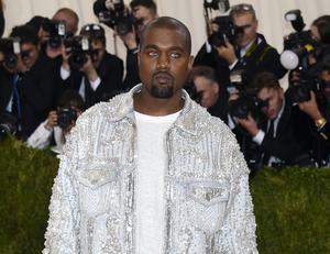 Glitter och blå linser. Kanye West inte bara klär sig som han vill, han gör precis vad han vill också.
