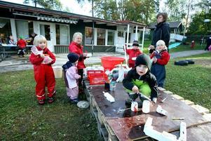 Kommer den att flyta? Båtbyggarna på Västanby förskola knepar och knåpar med bland annat frigolit, trä, kottar, tyg och målarfärg.