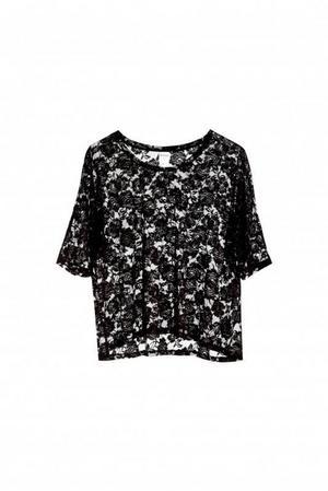 Spets-t-shirt från Monki, 200 kronor.