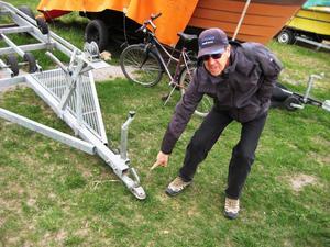 De som har båten på trailer över vintern kan skruva bort kopplingsanordningen eller ta av hjulen på trailern.