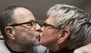 """PUSS! """"Det här är vi bra på"""", skrattar Ingrid när fotografen ber om en puss framför kameran."""