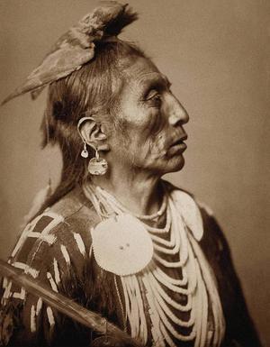 Den här bilden, Medicine Crow, togs av Edward S. Curtis 1909.