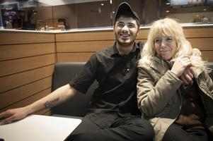 Irfan Bicen som arbetar på Sibylla vid Busstorget i Östersund kramar om Elisabeth Boije. Han bjuder gärna på kaffe och korv till trötta nattvandrare.