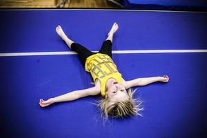 Moa Ögren, 6 år, hade fullt ös under hela träningstimmen. Kullerbyttor har hon övat på hemmavid och svaret på frågan vad som är roligast inom gymnastik är enkelt;– Allting är roligt!