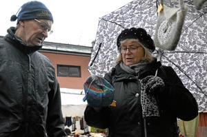 En mössa till Nella, ett och ett halvt år, i Ottawa, Kanada, som Norabon Eva Lyttkens är gammelmoster till. Mössan har Kristin Hasselkvist gjort och pengarna går till ett hjälpprojekt i Indien berättar trä- och näverslöjdare Östen Eklöf.