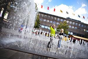 Vattenlek. Inte långt efter att Nelly Ehn och Fanny Lindberg börjat leka ansluter fler barn till vattenspelet.