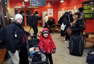 Det var tågkaos i hela Sverige i går. På stationen i Gävle väntade resenärer på kraftigt försenade tåg. Sofia Svensson var på väg till Västervik för julfirande tillsammans med barnen Casper och Stella.