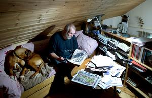Tipparhörnan hemma i den egenhändigt byggda villan i Östtjärn, söder om Sundsvall. Härifrån kommer tips inför V75 och V86 i flera av landets tidningar. Rhodesian ridgeback-vovven Nelson är hans ständige följeslagare.