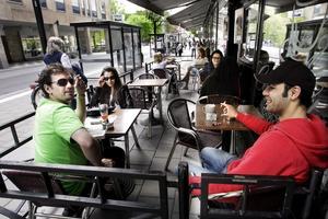 """Fika och cigg. Hoshyar Eliasi och Soran Avoond kopplar av med en fika på Café Stugan på Stora gatan. """"Rökförbud är väl både bra och dåligt men man måste ju ta hänsyn till dem som inte röker"""", säger Hoshyar Eliasi."""
