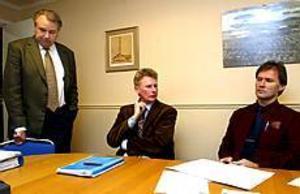 Nedslagna. Styrelseordförande Bengt Karlsson, vd Håkan Zetterdahl och kommunalrådet Bengt-Olov Eriksson tycker att varslen är trista.