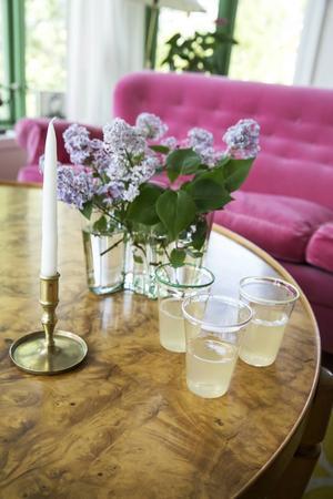 Glasen kommer från Åre glashytta där svärdottern Hanna Mossfält formger. Ulla bjuder gärna på ingefärsdricka, inte bara nyttig, utan även god.