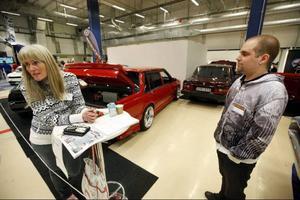 Jämtlands Veteranbilklubb var på plats och visade upp sina vrålåk. På bilden syns Anki Granlöf, evenemangsansvarig för klubben och Roland Holmberg som ställde ut fyra av sina bilar.