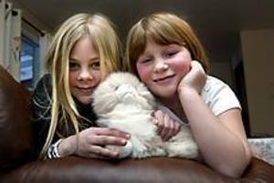Foto: LEIF JÄDERBERG Gillar djur. Åttaåringarna Annie Widman och Louise Withalisson såg på TV att man i Thailand föder upp hundar och katter för att göra pälsar av dem.