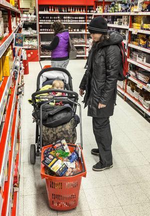 För Ingela Heidenborn med dottern Linnéa är priset av mindre betydelse. Gångavstånd från hemmet och ett stort utbud väger tyngre i val av matvarubutik.