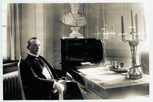 Karlfeldt vid Svenska Akademiens sekreterarbord 1929.