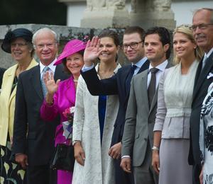 Kung Carl Gustaf, drottning Silvia, kronprinsessan Victoria, prins Daniel, prins Carl Philip och prinsessan Madeleine vid högtidlighållandet av 200-årsminnet av tronföljarvalet i Örebro. På bilden besöker kungafamiljen Stjernsund slott som köptes av Karl XIV Johan 1823 och slottet ägdes sedan av familjen Bernadotte fram till 1860.