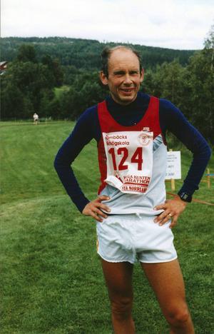 Göran Ingebrand efter målgång i det erkänt tungsprungna maratonloppet längs Höga kusten i Ångermanland, år 1994.