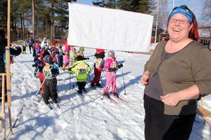 Bakom startlinjen har barnen ställt upp sig på led i väntan på att Katarina Wallberg ska starta loppet med en ballong.