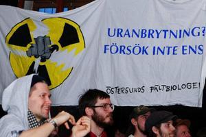 Väggarna pryddes av banderoller med tydliga budskap.