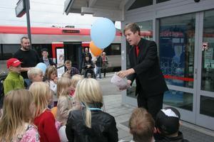 Barnen flockades kring trollkarlen Jakob som bland annat trollade bort en ketchupflaska.